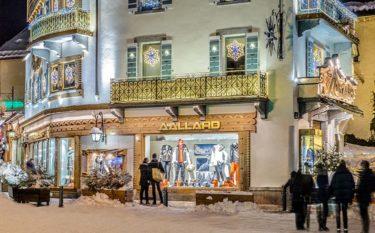 vitrines boutique place de l'eglise megeve sous la neige
